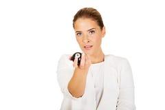Glückliche Geschäftsfrau, die Billardkugel acht hält Lizenzfreie Stockfotografie