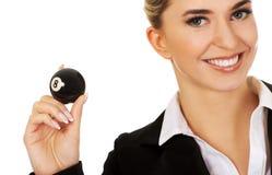 Glückliche Geschäftsfrau, die Billardkugel acht hält Lizenzfreie Stockfotos