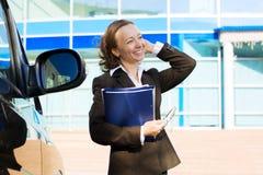 Glückliche Geschäftsfrau, die ein Faltblatt anhält. Stockfoto