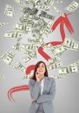 Glückliche Geschäftsfrau, die Geldregen gegen grauen Hintergrund mit Pfeil betrachtet Lizenzfreies Stockfoto
