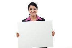Glückliche Geschäftsfrau, die leeres Schild zeigt Lizenzfreies Stockfoto