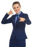 Glückliche Geschäftsfrau, die mit Handzeichen nennt Lizenzfreies Stockbild