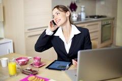 Glückliche Geschäftsfrau, die am Telefon spricht stockfoto