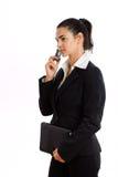 Glückliche Geschäftsfrau, die um das Telefon getrennt ersucht Stockfoto