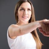 Glückliche Geschäftsfrau geben ihrem Partner Hand Stockfotografie