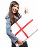 Glückliche Geschäftsfrau-Griffgeschenkbox Weißer Hintergrund lokalisiert Stockbild