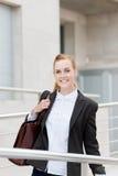 Glückliche Geschäftsfrau On Her Way zum Büro Stockfoto