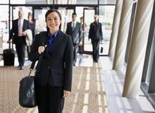 Glückliche Geschäftsfrau im Klageholdingaktenkoffer Stockfotos