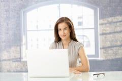 Glückliche Geschäftsfrau im sonnigen Büro lizenzfreie stockbilder