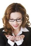 Glückliche Geschäftsfrau mit den schalenförmigen Händen lizenzfreie stockbilder