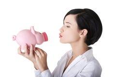 Glückliche Geschäftsfrau mit ihren Sparungen Lizenzfreie Stockfotos