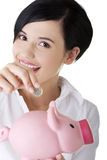 Glückliche Geschäftsfrau mit ihren Sparungen Stockfotografie