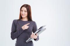 Glückliche Geschäftsfrau mit Ordnern Finger weg zeigend Lizenzfreie Stockfotografie