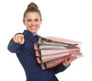 Glückliche Geschäftsfrau mit Stapel Dokumenten lizenzfreies stockbild