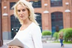 Glückliche Geschäftsfrau mit Tablette-PC Lizenzfreies Stockfoto