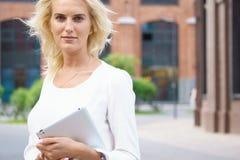Glückliche Geschäftsfrau mit Tablette-PC lizenzfreies stockbild
