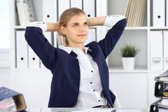 Glückliche Geschäftsfrau oder weiblicher Buchhalter, die bestimmte Minuten für Freizeit und Vergnügen am Arbeitsplatz haben Rechn lizenzfreie stockbilder