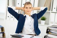 Glückliche Geschäftsfrau oder weiblicher Buchhalter, die bestimmte Minuten für Kaffee und Vergnügen am Arbeitsplatz haben lizenzfreie stockfotografie