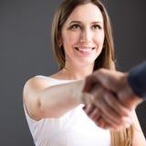 Glückliche Geschäftsfrau rütteln Hände mit Partner Lizenzfreie Stockfotografie