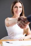 Glückliche Geschäftsfrau rütteln Hände mit Partner Lizenzfreie Stockbilder