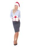 Glückliche Geschäftsfrau in Sankt-Hut, der mit der Geschenkbox lokalisiert aufwirft Lizenzfreies Stockfoto