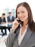Glückliche Geschäftsfrau am Telefon lizenzfreie stockfotos