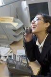 Glückliche Geschäftsfrau am Telefon Lizenzfreies Stockfoto