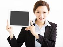 Glückliche Geschäftsfrau, welche die Tablette zeigt stockbilder