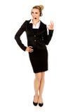 Glückliche Geschäftsfrau zeigt OKAYzeichen stockbild