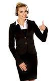 Glückliche Geschäftsfrau zeigt OKAYzeichen stockfotografie