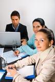 Glückliche Geschäftsleute bei der Sitzung Lizenzfreie Stockbilder