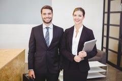 Glückliche Geschäftsleute, die entgegengesetzt bereitstehen stockfoto