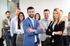 Glückliche Geschäftsleute, die Erfolg feiern lizenzfreie stockfotos