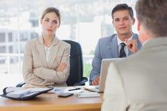 Glückliche Geschäftsleute, die Geschäftsmann interviewen lizenzfreie stockbilder
