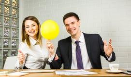 Glückliche Geschäftsleute, die Spaß im Büro haben Stockfotos