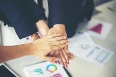 Glückliche Geschäftsleute, die Teamarbeit zeigen und fünf geben, nachdem Vereinbarung unterzeichnet worden ist oder Vertrag mit a lizenzfreies stockfoto