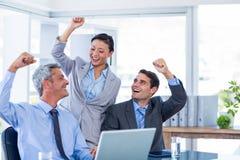 Glückliche Geschäftsleute, die zusammen zujubeln lizenzfreie stockfotografie