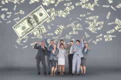 Glückliche Geschäftsleute mit Geld regnen gegen grauen Hintergrund stockfotografie