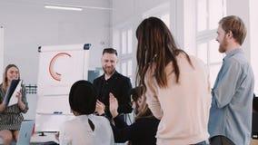 Glückliche Geschäftsleute Teamapplaus zu lächelndem mittlerem gealtertem Chef auf modernes Büroseminar, Zeitlupe ROTES EPIC-W stock footage
