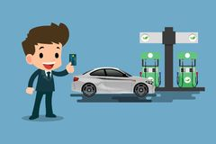 Glückliche Geschäftsmänner benutzen seine cradit Karte und tanken sein Auto an einer sauberen und Ökogasstation wieder Stockfoto