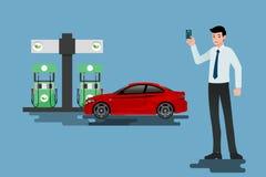 Glückliche Geschäftsmänner benutzen seine Kreditkarte und tanken sein Auto an einer sauberen und Ökogasstation wieder Stockfoto