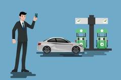 Glückliche Geschäftsmänner benutzen seine Kreditkarte und tanken sein Auto an einer sauberen und Ökogasstation wieder Stockbild