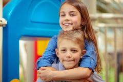 Glückliche Geschwister draußen lizenzfreie stockfotografie