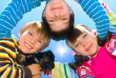Glückliche Geschwister und Hund Stockbild