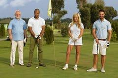 Glückliche Gesellschaft bereit zum Golf spielen Stockfoto