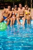 Glückliche Gesellschaft an der Sommerzeit Lizenzfreies Stockfoto