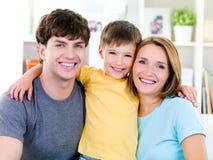 Glückliche Gesichter von jungem famile Lizenzfreie Stockfotos