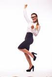 Glückliche gestikulierende junge nette lächelnde Geschäftsfrau Lizenzfreie Stockfotos