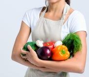 Glückliche gesunde Frau mit Gemüse stockfotografie