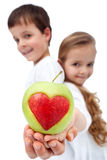 Glückliche gesunde Kinder, die Apfel anhalten stockfotos